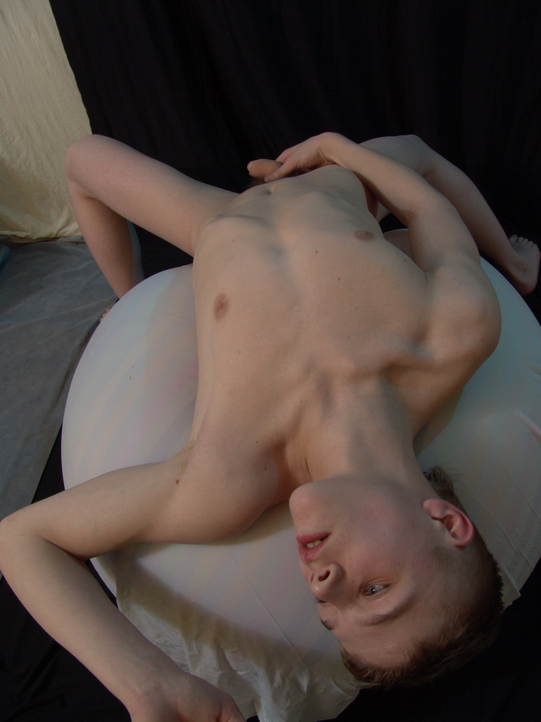 Cute twink dildoing his tight ass and tugging hard
